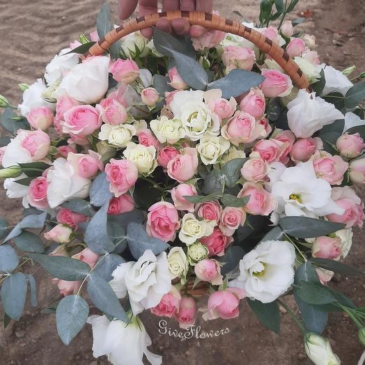 Корзина из кустовых роз и эустомы