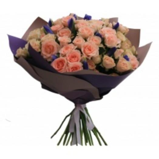 букет из кустовой розы и ирисов