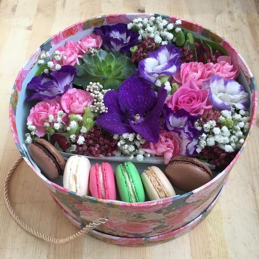 Коробка с макарони и орхидеями
