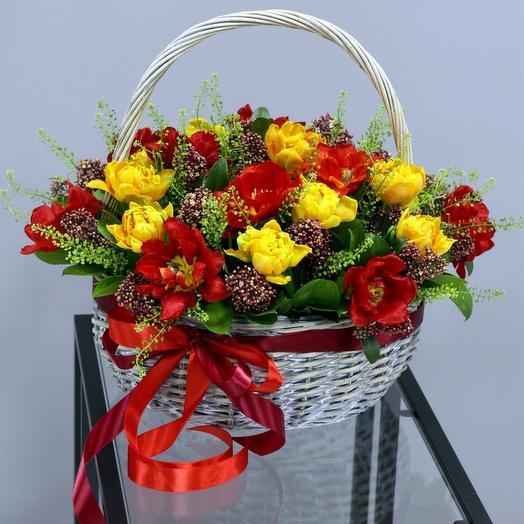 Корзина с яркими пионовидными тюльпанами