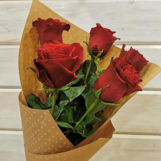 5 бордовых роз в крафте