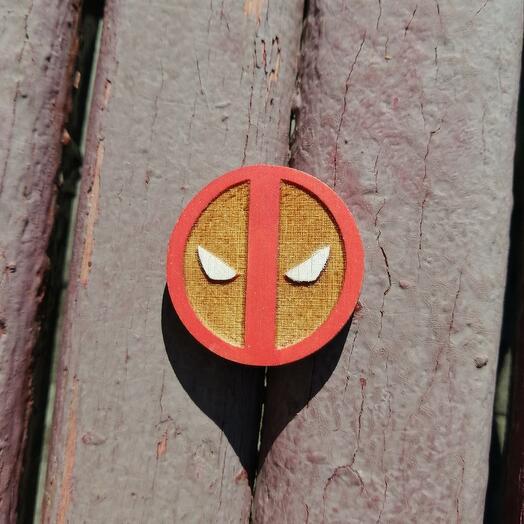 Деревянный значок Дэдпул