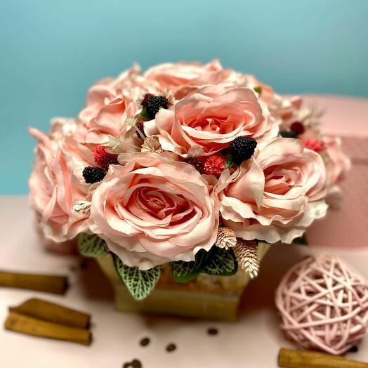Интерьерная композиция из крупных розовых роз со вставками в кашпо