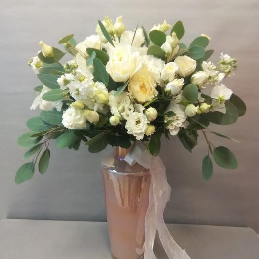 Букет невесты на свадьбу с бутоньеркой из пионовидных роз