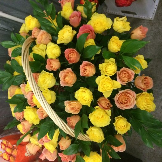 61 роза микс в корзине: букеты цветов на заказ Flowwow