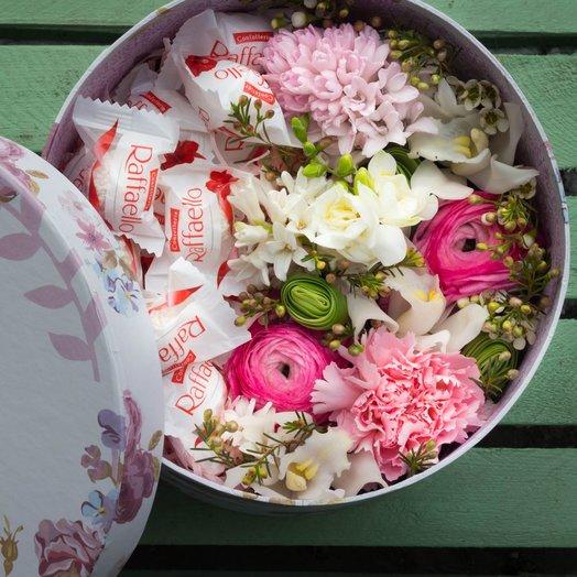 Коробочка с цветами и конфетами «Сладкая нежность»