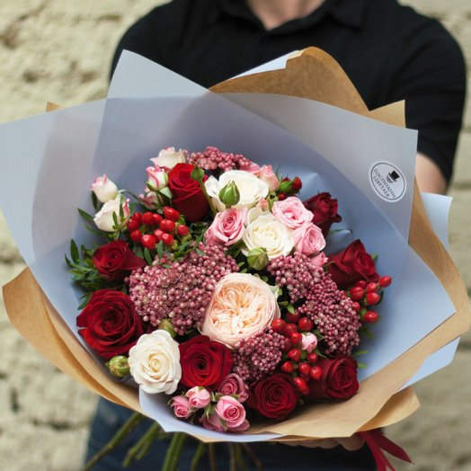 Букет с пионовидной розой и ягодами