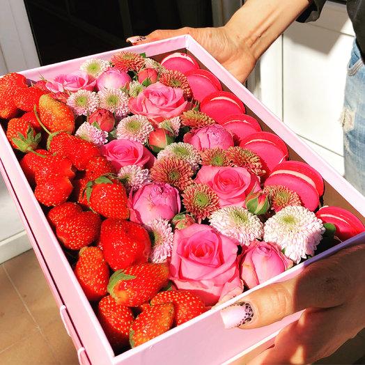 Розы со сладостями и фруктами: букеты цветов на заказ Flowwow
