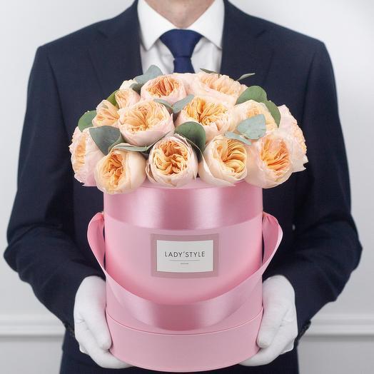 Пионовидные розы Juliet c эвкалиптом в шляпной коробке M: букеты цветов на заказ Flowwow