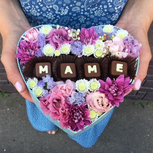 Цветочная коробочка с шоколадными буквами