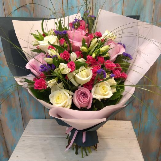 Большой букет из роз, цветочные композиции альстромерии и кустовой розы: букеты цветов на заказ Flowwow