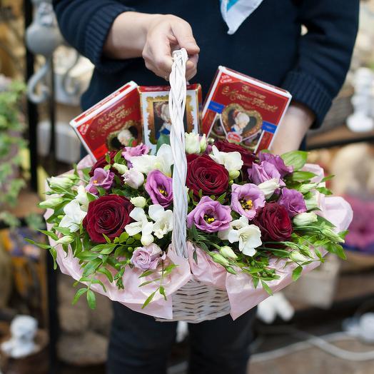 """Корзина с цветами и конфетами """" Цветы и шоколад"""": букеты цветов на заказ Flowwow"""