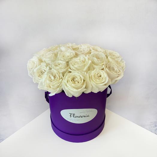 Белые розы в шляпной коробке M: букеты цветов на заказ Flowwow