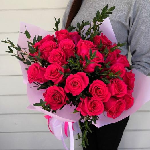 Букет из 25 роз и эвкалипта в упаковке