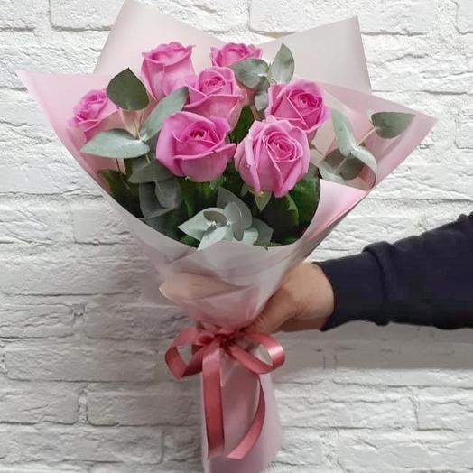 Букет из розовых роз с эвкалиптом: букеты цветов на заказ Flowwow