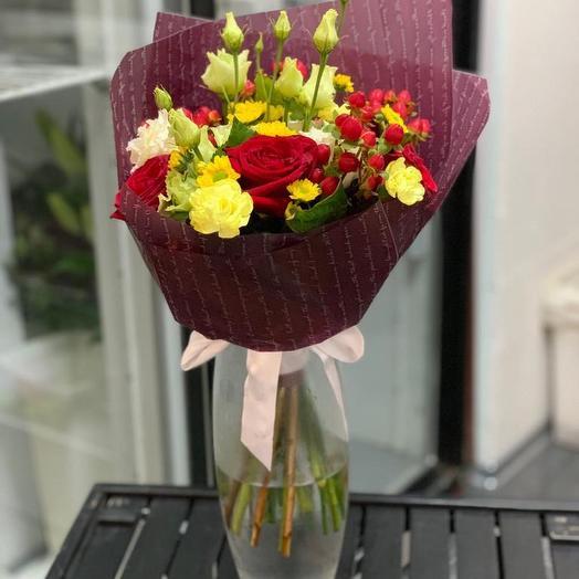 Букет из Роз,Лизиантуса и Хиперикума: букеты цветов на заказ Flowwow