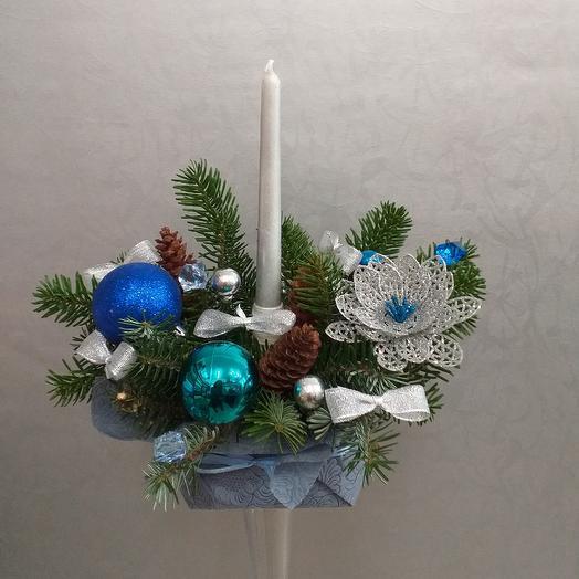 Новогодняя композиция со свечой: букеты цветов на заказ Flowwow