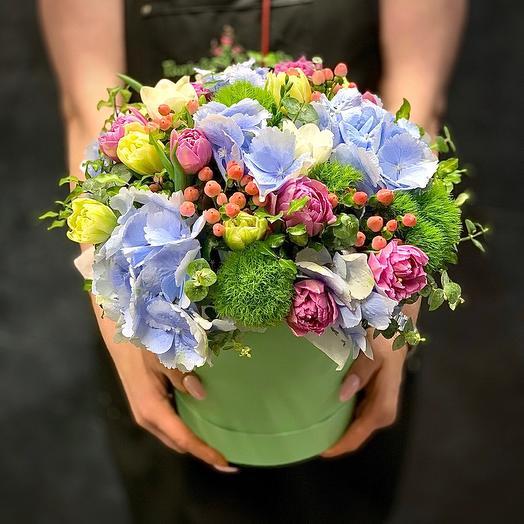 Композиция с тюльпанами и гортензиями «Яркое мгновение»: букеты цветов на заказ Flowwow