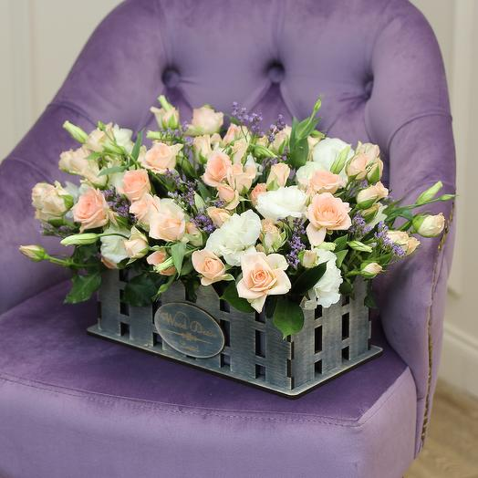 Композиция в оригинальном кашпо из лизиантусов и кустовых роз