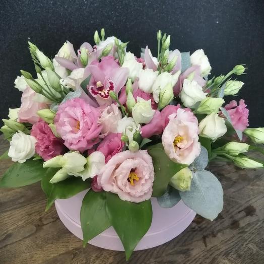 Нежная шляпная коробка из эустомы и орхидей