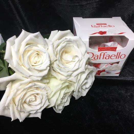 5 белых Роз с рафаэлло