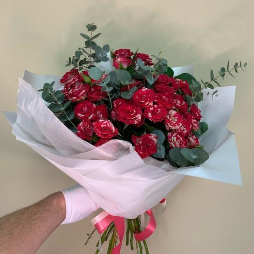 Роза кустовая с эвкалиптом