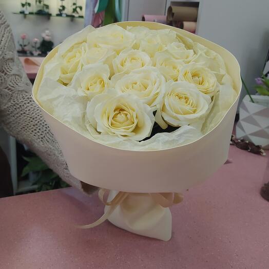 15 белых роз в дизайнерском оформлении