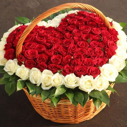 Корзины любви (корзина из красных и белых роз в форме сердца)