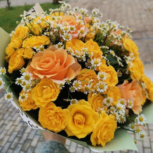 Букет и жёлтой розы и матрикарии
