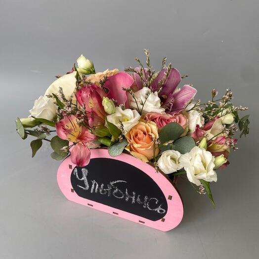 Цветы в ящике с индивидуальной надписью
