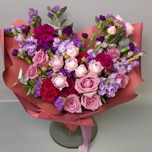 Букет из кустовых роз, маттиолы, статицы, гвоздики, эвкалипта