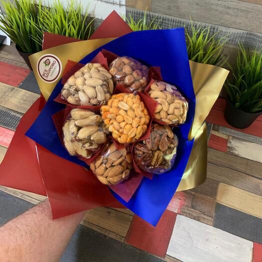 Мужской букет из орехов