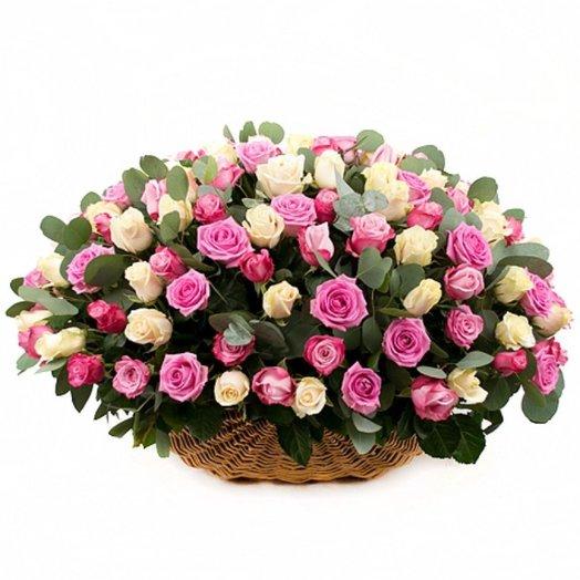 101 розовая и белая роза в корзине: букеты цветов на заказ Flowwow