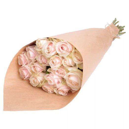 Белые розы в крафте: букеты цветов на заказ Flowwow
