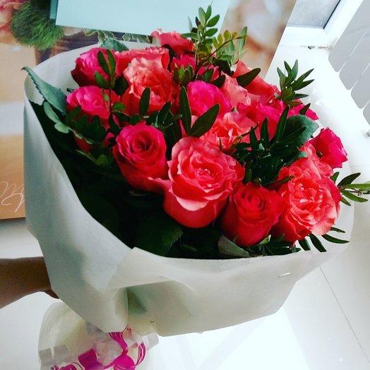 Сочные розы с зеленью: букеты цветов на заказ Flowwow