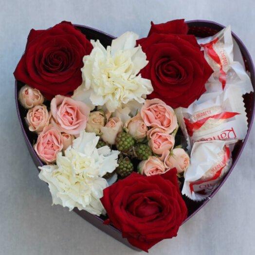 Коробочка сердцем: букеты цветов на заказ Flowwow