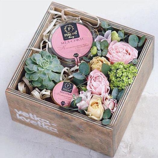 Композиция в ящике Мед-суфле с цветами: букеты цветов на заказ Flowwow