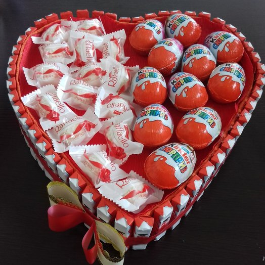 Коробка сердце с киндерами и рафаэлло. Код 180108: букеты цветов на заказ Flowwow