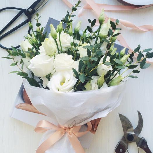 """Букет с лизиантусом и эвкалиптом """"Нежные чувства"""": букеты цветов на заказ Flowwow"""