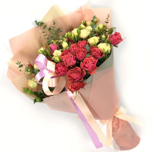 Кустовые розы с эвкалиптом