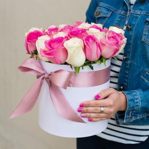 Белые и розовые розы в коробке: букеты цветов на заказ Flowwow