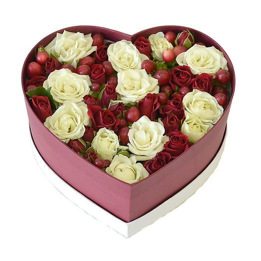 Бело-красное сердечко: букеты цветов на заказ Flowwow