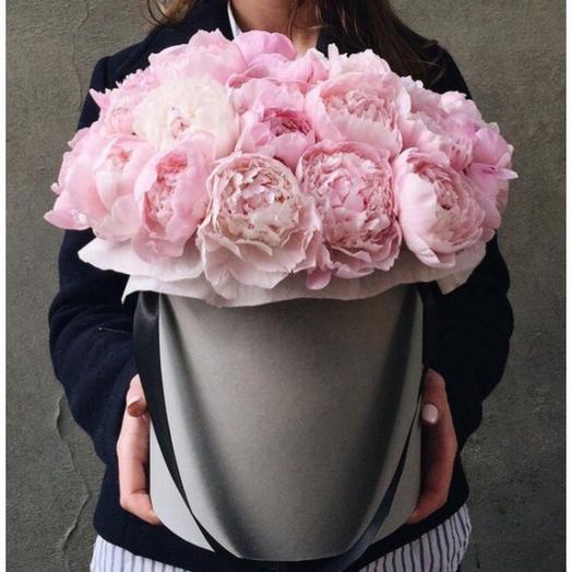 29 нежно-розовых пионов в шляпной коробке: букеты цветов на заказ Flowwow