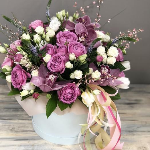 Цветочная композиция с розой Мисти Баблс и орхидеями