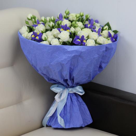 Синие ирисы и белые кустовые розы