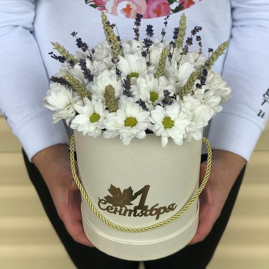 1 сентября.Коробки с цветами.Хризантема с пшеницей. N563: букеты цветов на заказ Flowwow