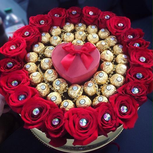 Коробка с Розами и Ферерро Роше: букеты цветов на заказ Flowwow