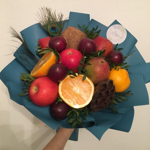 Фруктовый букет с перьями павлина: букеты цветов на заказ Flowwow