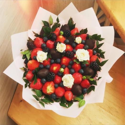 Клубничный букет «Аврора»: букеты цветов на заказ Flowwow