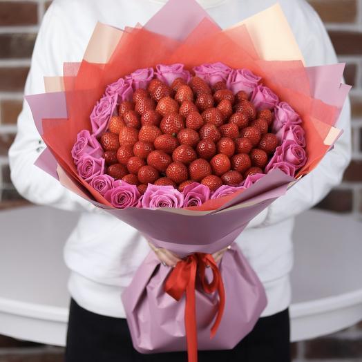 Букет из клубники с розами. N672